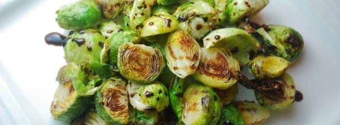 Подавайте жареную брюссельскую капусту в большом сервировочном блюде.