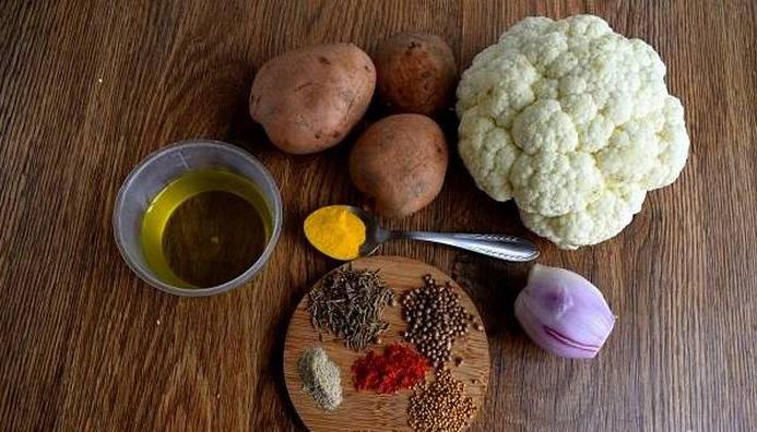 Подготовьте необходимые продукты. Овощи помойте, лук очистите.