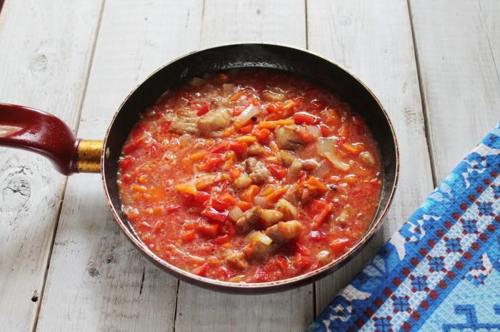 Залить всё соусом и мелко нарезанными помидорами.