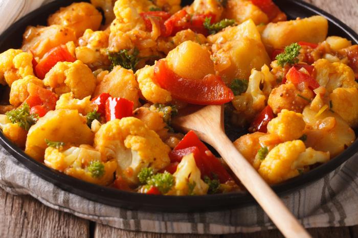 Картофель с цветной капустой — просто  и сытно.