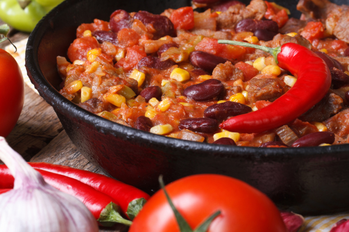 Фасоль с перцем чили — острое и сытное блюдо.