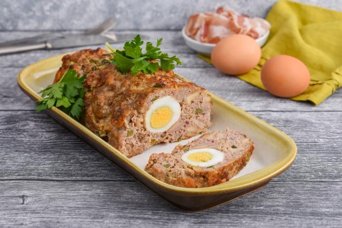 Мясной рулет с яйцами. \ Фото: strudelandschnitzel.com.