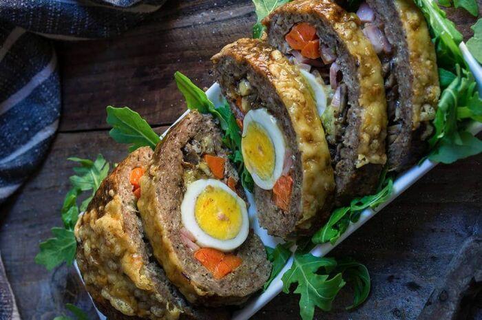 Мясной рулет с яйцами и морковью. \ Фото: pinterest.com.