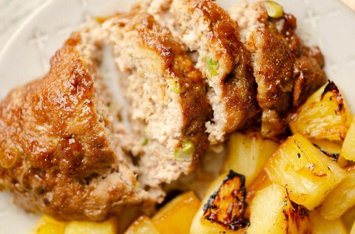 Мясной рулет с ананасами и рисом. \ Фото: myrecipemagic.com.