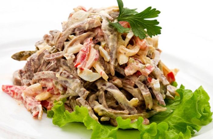 Салат с языком и грецкими орехами. \ Фото: pinterest.com.