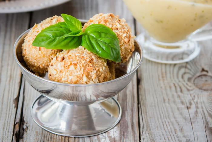 Сырные шарики с панировкой из орехов. \ Фото: edinstvennaya.ua.