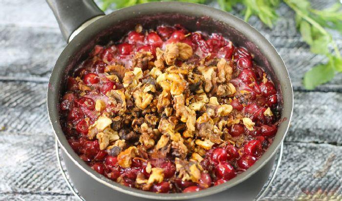 Варенье из орехов и крыжовника. \ Фото: russianfood.com.