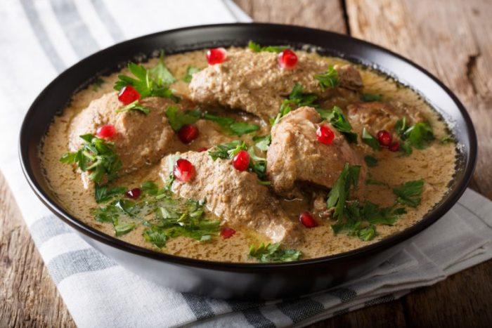Курица с ореховым соусом. \ Фото: chefmarket.ru.