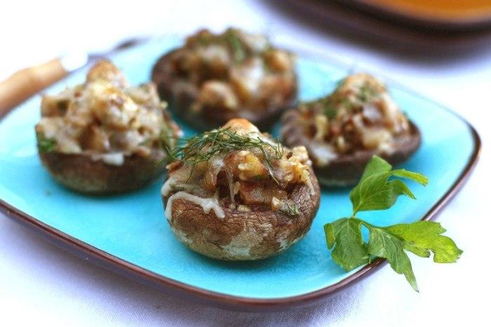 Шампиньоны с сыром и грецкими орехами. \ Фото: vk.com.