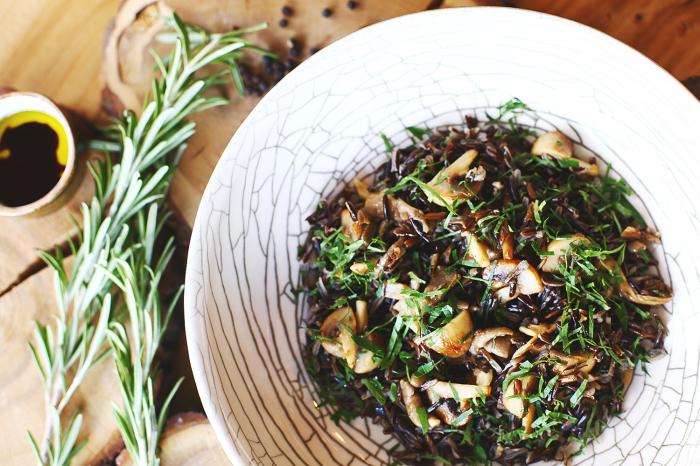 Дикий рис с грибами. \ Фото: howtogreen.ru.