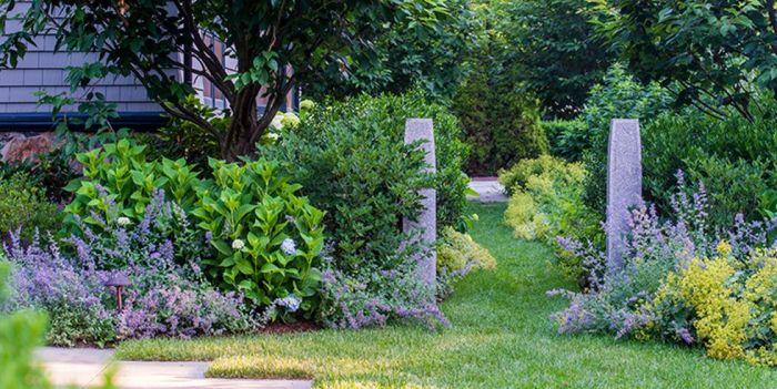 Добро пожаловать: Каменные столбы, обозначающие вход.