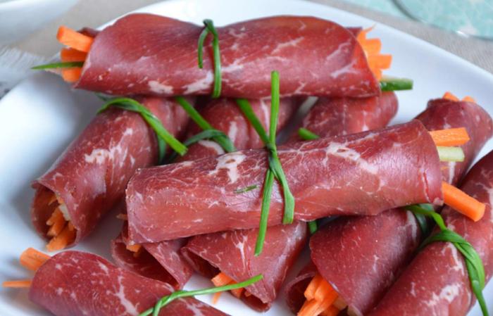 Рулетики из копчёной говядиной и овощной начинкой. \ Фото: