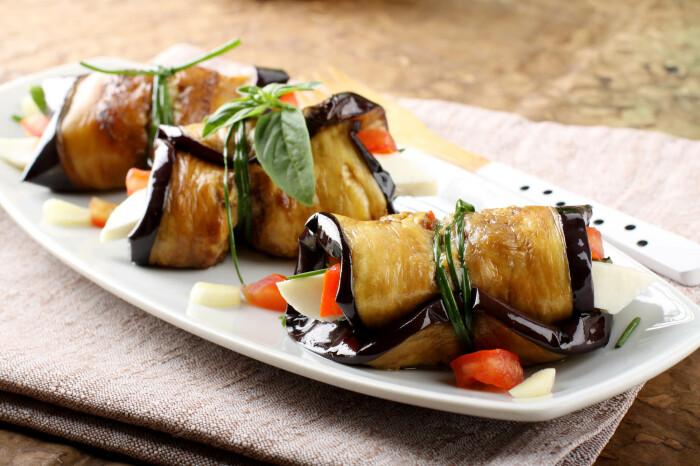 Рулетики из баклажанов с моцареллой. \ Фото: cookingpanda.com.