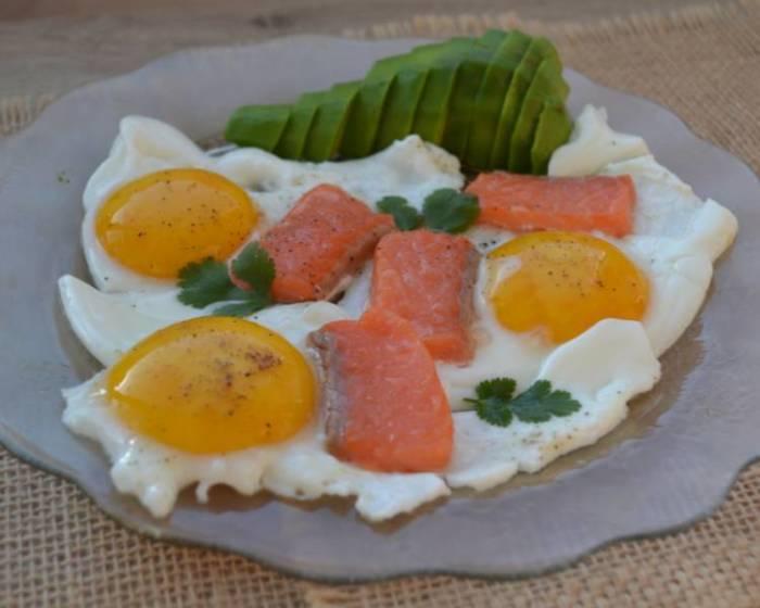 Яичница с красной слабосолёной рыбой. \ Фото: google.com.