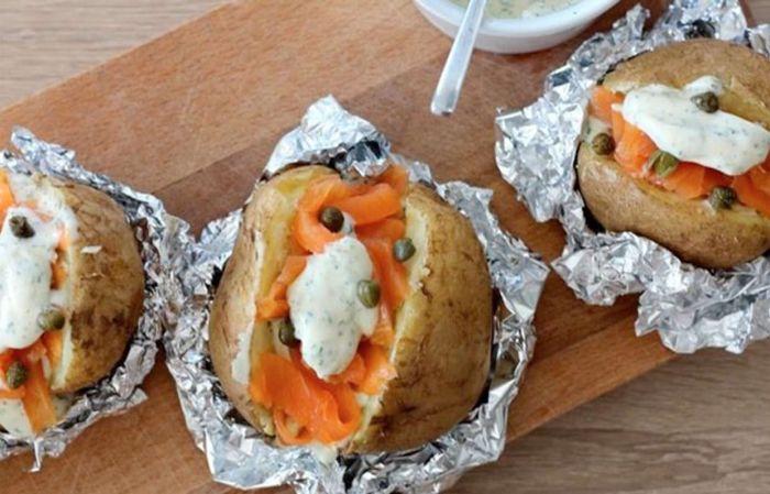 Запечёный картофель с форелью и сливочным соусом. \ Фото: pinterest.com.