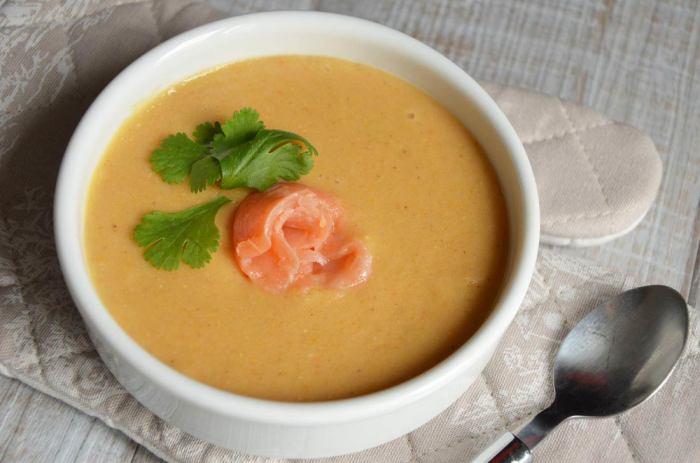 Крем-суп с чечевицей и сёмгой. \ Фото: pinterest.com.