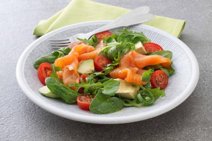 Салат с красной рыбой. \ Фото: it.geosnews.com.