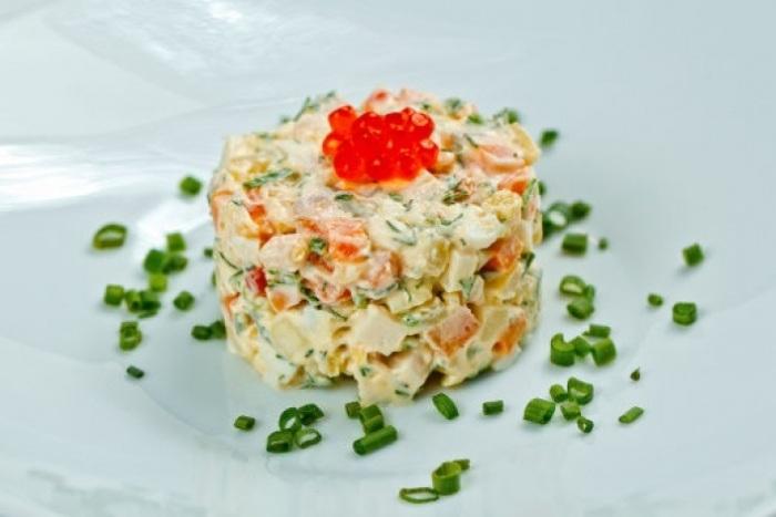 Оливье с красной рыбой. \ Фото: foodman.club.
