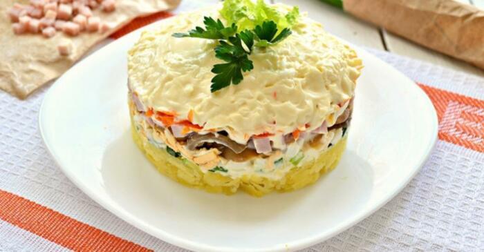 Салат с ветчиной и грибами. \ Фото: tveda.ru.