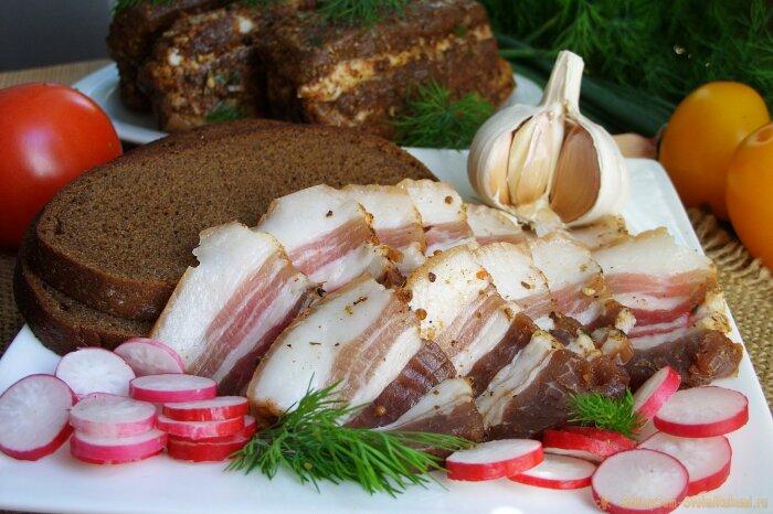 Классический рецепт сала с чесноком и перцем. \ Фото: sdelaysam-svoimirukami.ru.