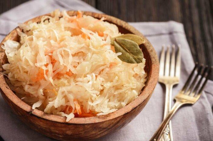 Салат с квашеной капустой. \ Фото: bon-appetit.mozello.com.