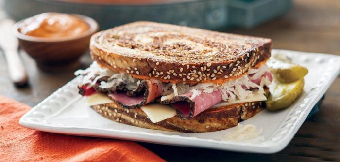 Сэндвич с говядиной и квашеной капустой. \ Фото: twitter.com.