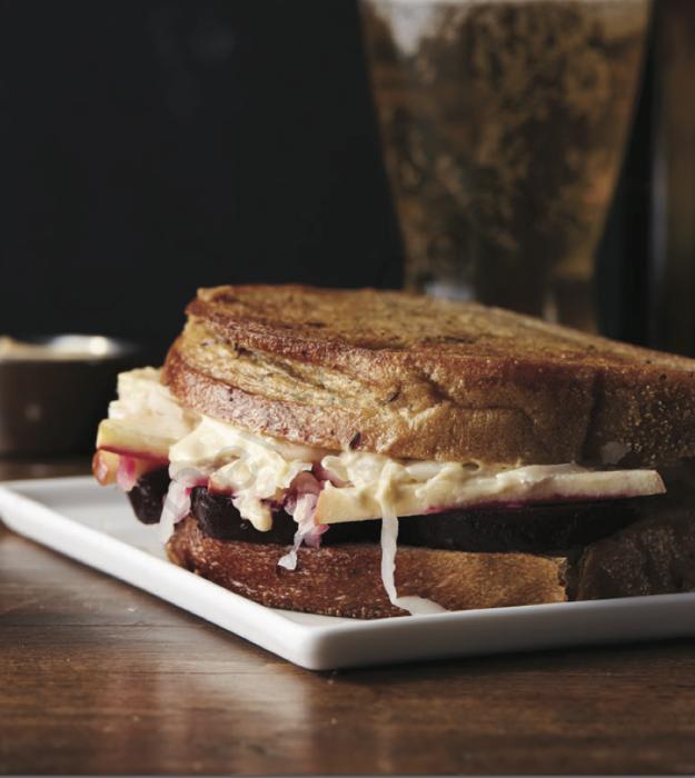 Сэндвич «Рубен». \ Фото: pinterest.ru.