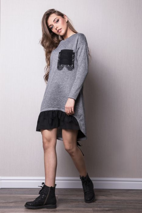 Осеннее платье из плотного трикотажа с нежным кружевом идеально смотрится с массивными ботинками.