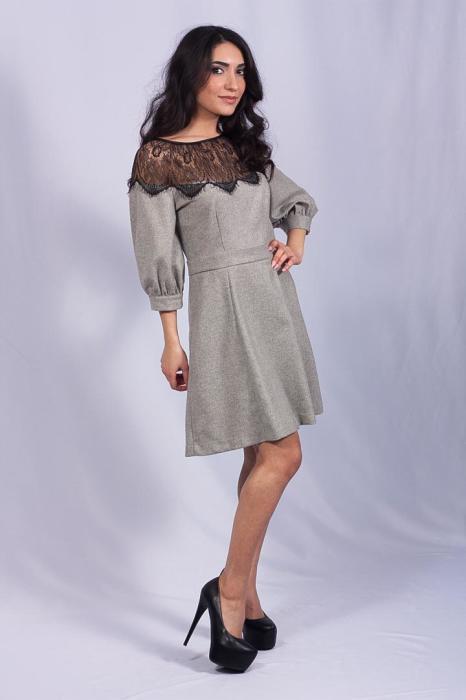 Платье с юбкой-клёш в мягкую складку - то, что нужно для игривого настроения.