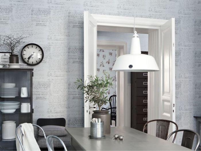 Серый кухонный стол и шкаф.