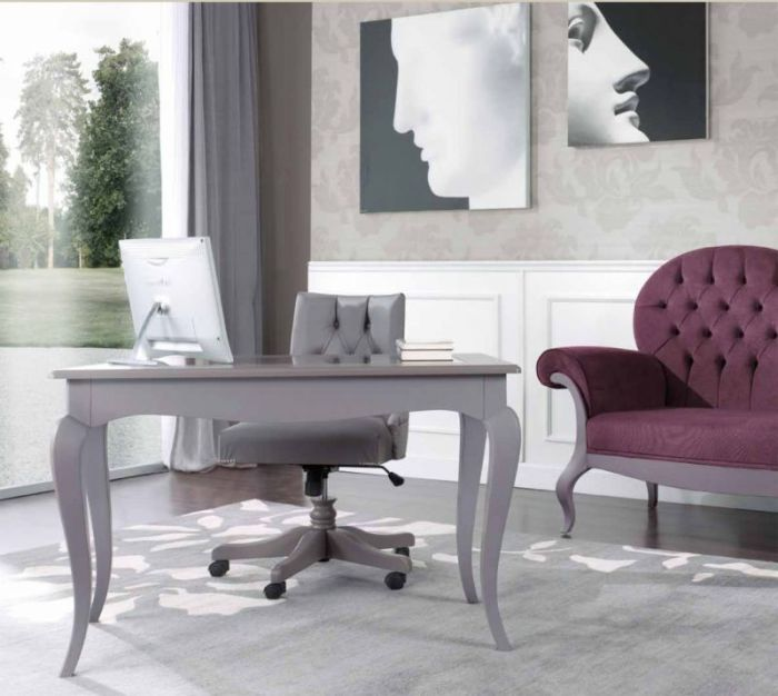 Серый компьютерный стол и стул.