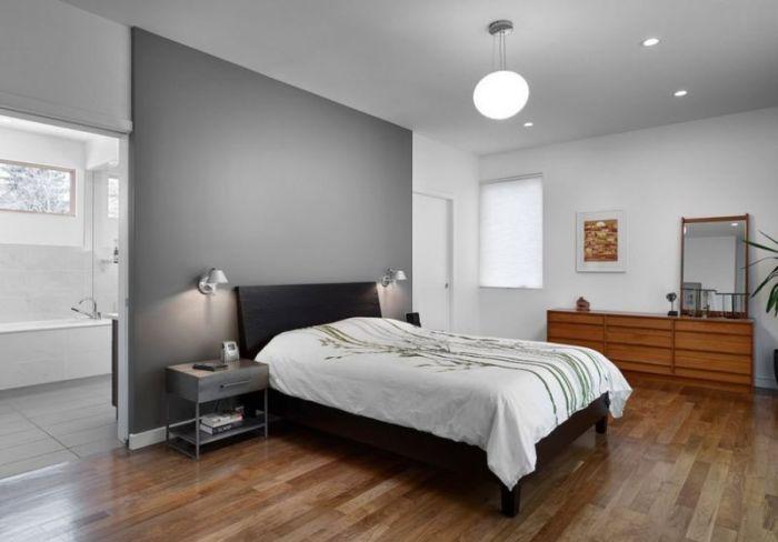 Серая акцентная стена в спальной. комнате.