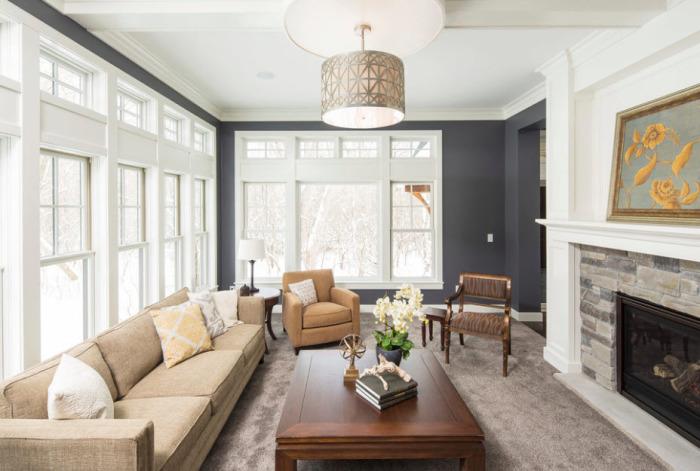 Серые стены и бежевый цвет мебели прекрасно гармонируют между собой.