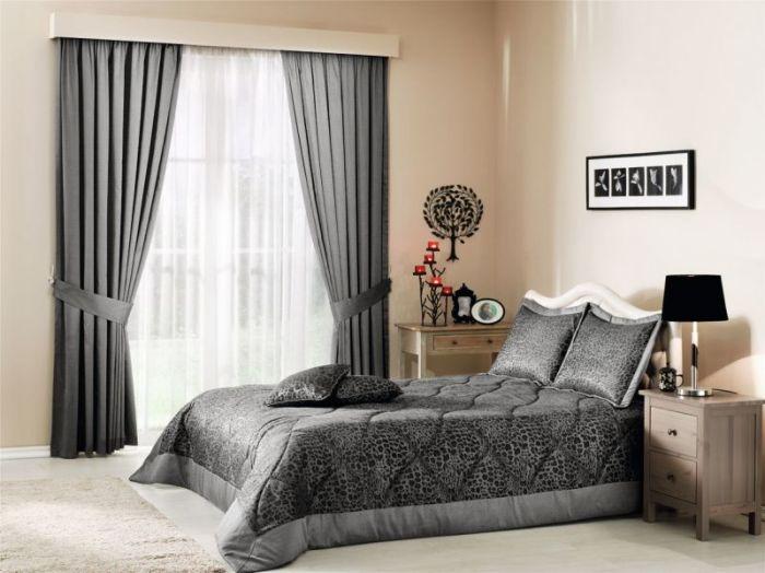 Украсьте окна спальни серыми занавесками, а кровать - серым покрывалом.