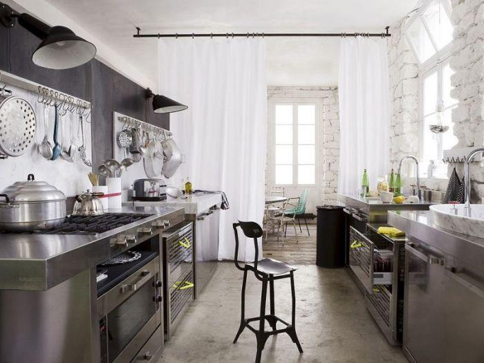 Современная кухня в стиле хай-тек.