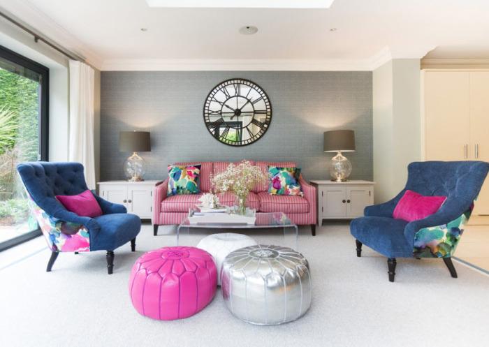 Серые стены и синие кресла с сиреневыми подушками и пуфом - отличный вариант.