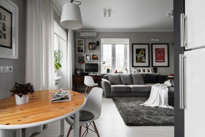 Комфортный серый диван с мягким ковром прекрасно сочетаются между собой.