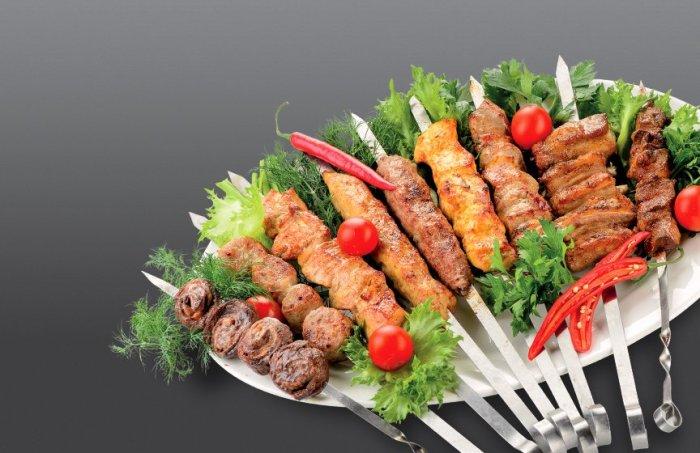 Шашлык из рубленого мяса с овощами. \ Фото: sandyk-parti.ru.