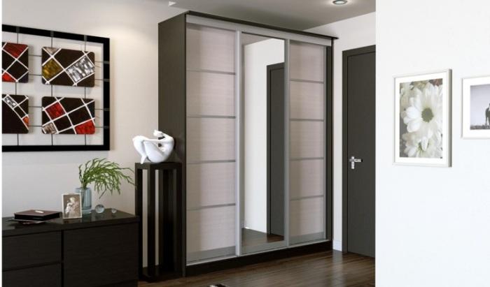 Чтобы пространства было больше, нужно куда-то прятать личные вещи - для этого идеально подойдет шкаф купе в прихожую.