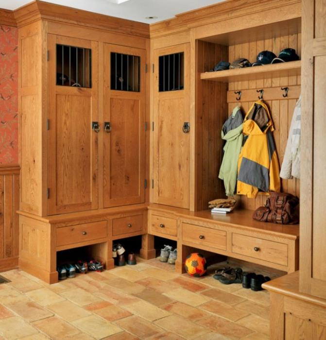 Угловой шкаф в прихожую - прекрасное решение, которое поможет не только разместить все вещи, а и сохранить пространство.