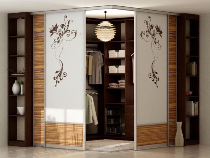 Зачастую такие шкафы очень вместительные, благодаря чему вы запросто можете разместить в них все необходимые вам вещи.