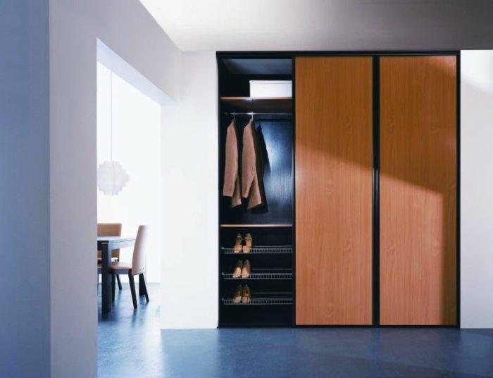 Такие шкафы удобны тем, что в них множество различных полок.