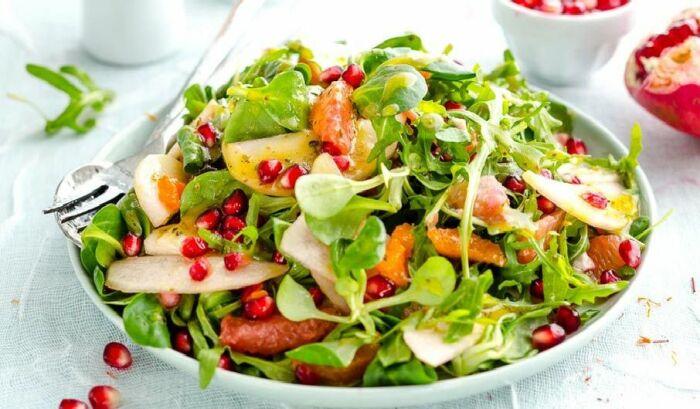 Салат со шпинатом и гранатом. \ Фото: pinterest.com.
