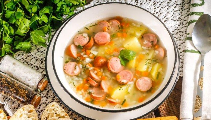 Суп с сосисками и вермишелью. \ Фото: gastronomiayviajes.com.