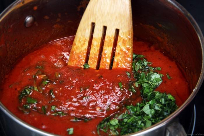 Томатный соус с базиликом. \ Фото: zenmate.com.ru.
