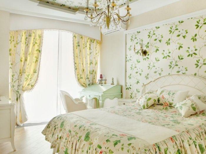 Стены украшаются декоративными вышивками ручной работы.