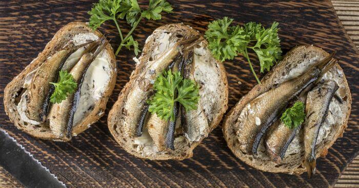 Бутерброд со шпротами. \ Фото: google.com.ua.