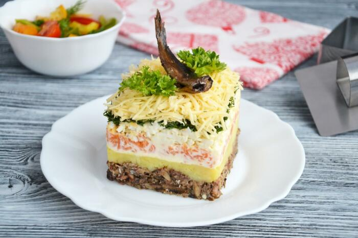 Салат со шпротами. \ Фото: glutenfreemama.ru.