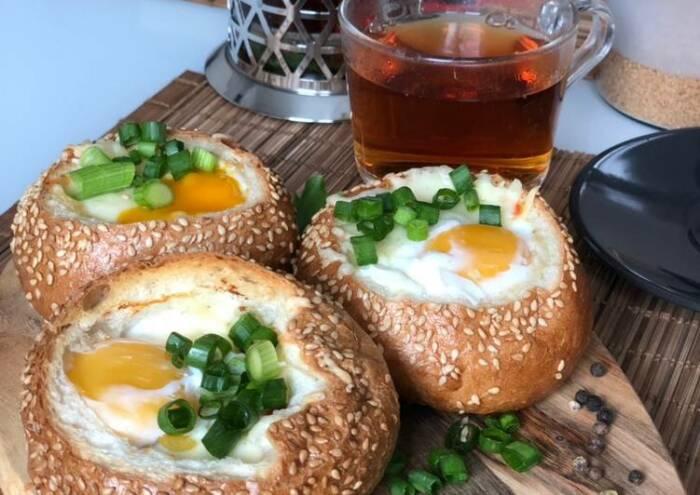 Фаршированные булочки с начинкой из яйца и маринованных огурчиков. \ Фото: yandex.ua.