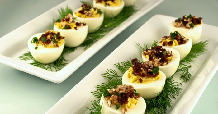 Яйца с начинкой из чернослива. \ Фото: apollo.lv.
